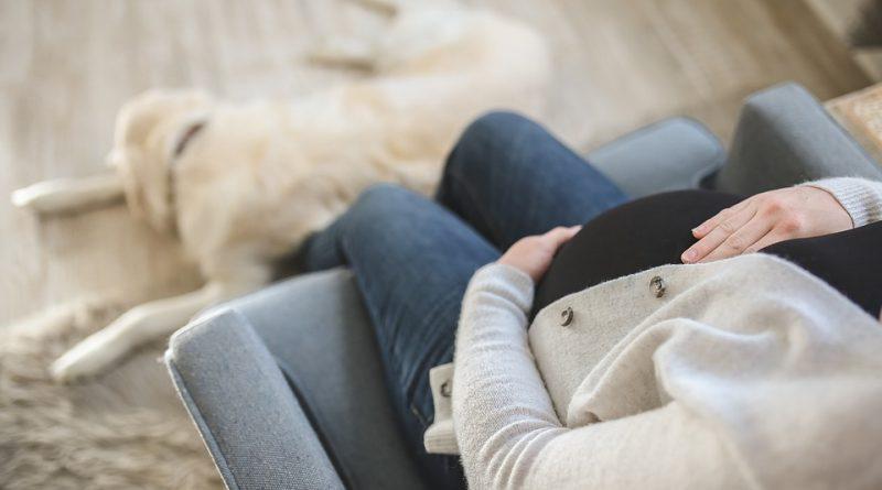 Těhotným ženám pomáhají s bolestmi zad i bříška moderní tejpy