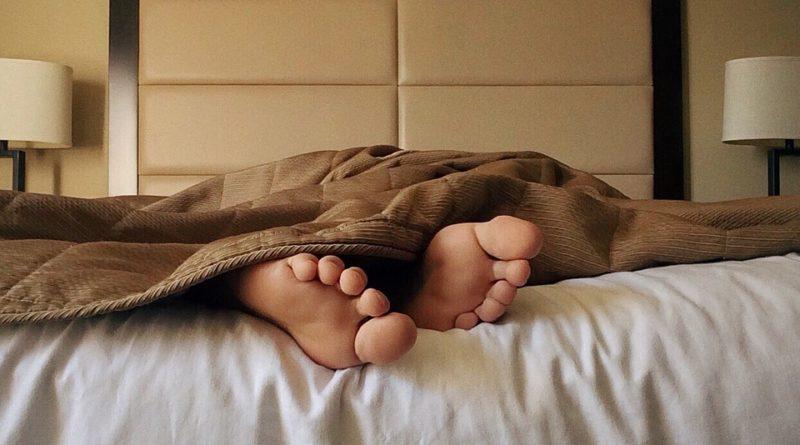 Proč nechodit spát s mokrými vlasy